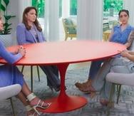 """En esta imagen difundida por Facebook Watch, las presentadoras Lili Estefan, Gloria Estefan y Emily Estefan, de izquierda a derecha, con la invitada Claire Crowley durante una grabación de """"Red Table Talk: The Estefans""""."""