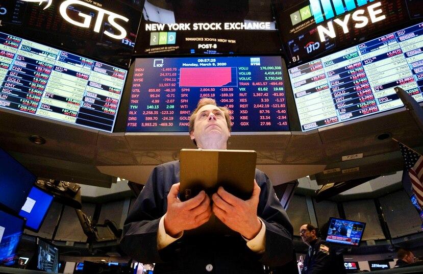 Las acciones continúan hoy en alza tras el anuncio de un acuerdo en Estados Unidos para estimular la economía golpeada por la crisis del coronavirus. (EFE/EPA/JUSTIN LANE)