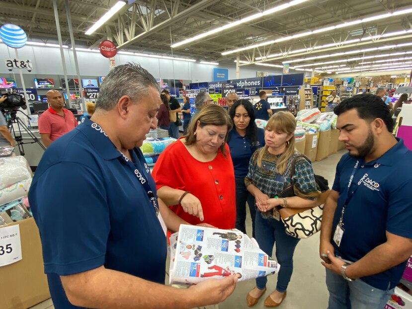 La secretaria del DACO, Carmen Salgado, inspeccionando un shopper.