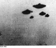 Imagen captada el 4 de marzo de 1962 en Inglaterra en que se muestran unos objetos voladores no identificados. (CIA / Twitter)