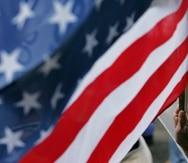 Carolina , Puerto Rico . Agosto 26 , 2007 . Celebracion del 40 aniversario del Partido Nuevo Progresista ( PNP ) en el estacionamiento de la cancha Manuel Carrasquillo Herpen de Country Club . En la foto seguidores del PNP . En la foto un anciano sostiene una bandera de USA ( americana ) .Foto por : Ramon Tonito Zayas / STAFF