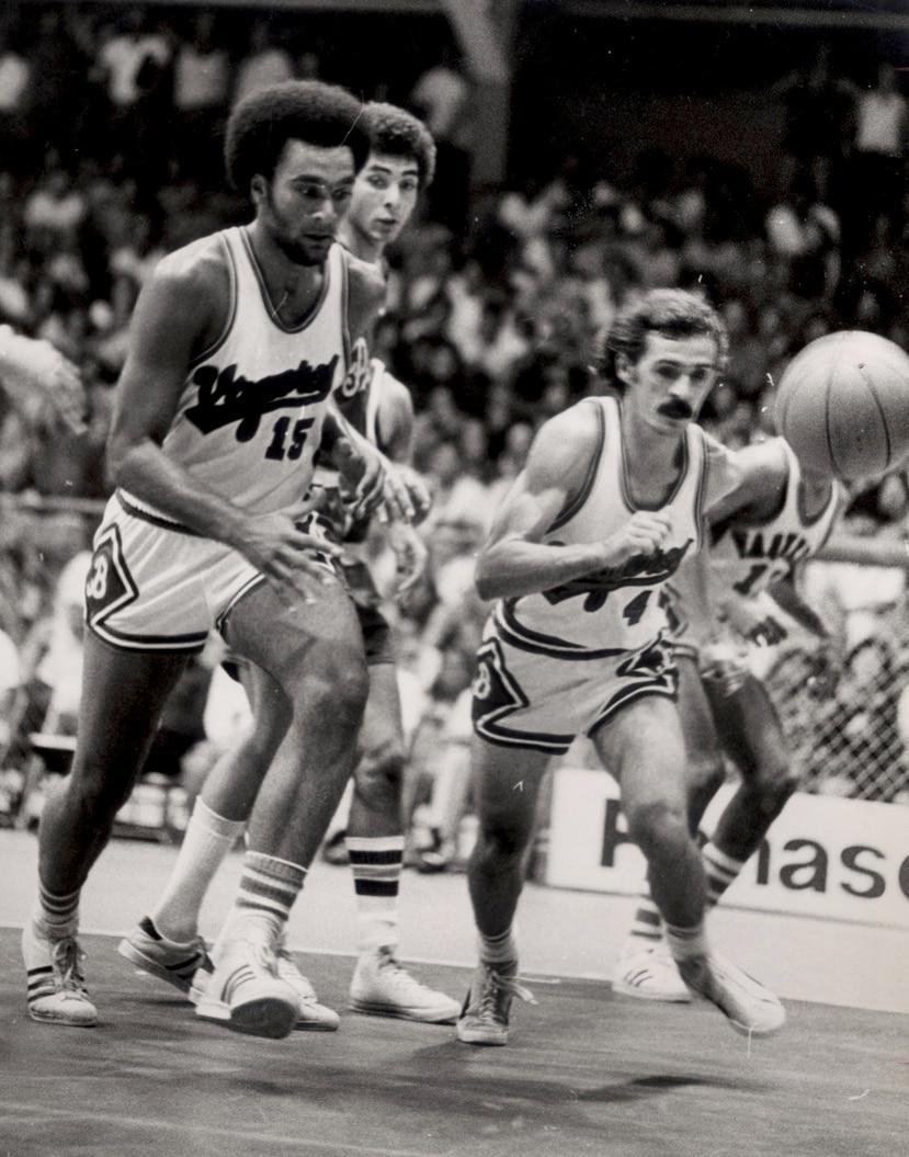 Rubén Rodríguez y Alberto Zamot (4) van detrás de un balón.