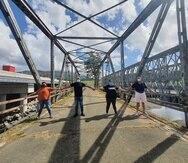 Líderes de la comunidad Río Blanco en  Naguabo se han unido en defensa del puente, que  fue construido en 1928.