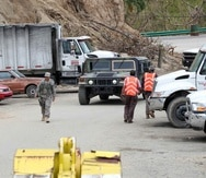 Brigadas del municipio laboran para contener el daño causado por el colapso de la tubería.
