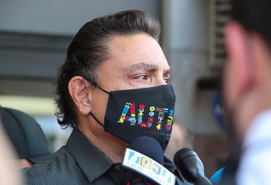 """El actor Osvaldo Ríos se mostró bastante compungido ante la pérdida de su amigo, de quien dijo ser su compañero de dominó y quien se refería a él como """"el big brother""""."""