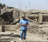 El arquéologo Zahi Hawass conversa con los reporteros.