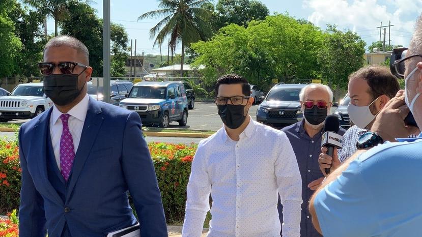 Jensen Medina Cardona en el Tribunal de Fajardo junto a su grupo de abogados.
