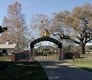 Esta fotografía de archivo del 17 de diciembre de 2004 muestra la entrada trasera a la finca Neverland de Michael Jackson en Santa Ynez, California.