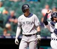 Tyler Wade , de los Yankees, se retira al dugout luego de ser ponchado en la novena entrada.