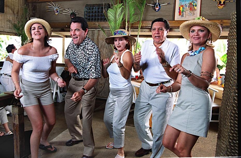 Foto de archivo, de 1999, durante la grabación de un jingle para Televicentro junto a Rafael Bracero, Luz Nereida Vélez, Guillermo José Torres y Leslie Cruz.