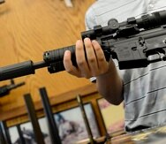 epa03319993 An AR-15 rifle for sale at Chuck's Firearms gun store in Atlanta, Georgia USA, 27 July 2012. Reaction to the mass shooting at a movie theater in Aurora, Colorado, has included calls for further restrictions on certain weapons and high capacity ammunition clips. EPA/ERIK S. LESSER