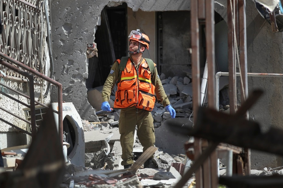 Un soldado israelí inspecciona una casa dañada por un misil disparado desde la Franja de Gaza, en la ciudad de Ashkelon, en el sur de Israel.