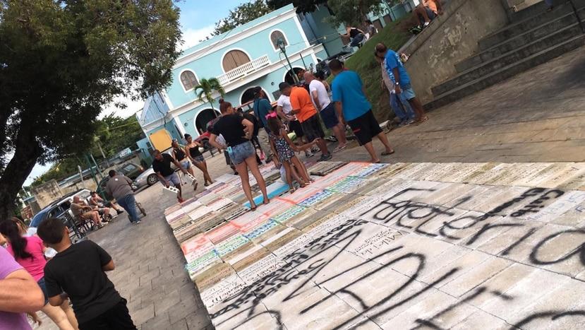 La foto muestra la fila de bloques que los viequenses llevaron hasta la plaza pública para exigir la construcción de un nuevo hospital en la isla municipio. (Suministrada)