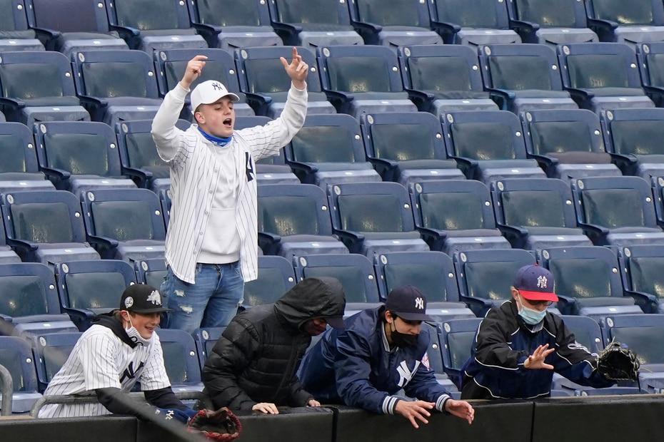 Fanáticos de los Yankees en las gradas del Yankee Stadium