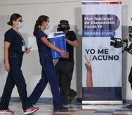 Una enfermera carga una hielera con dosis de la vacuna contra el COVID-19 en el Hospital Metropolitano de Santiago, Chile.