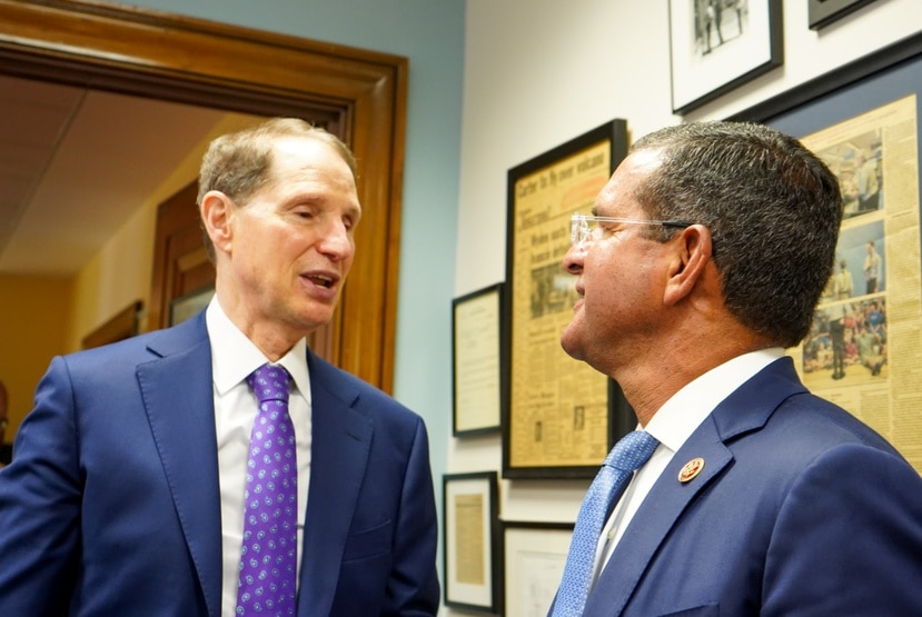 El senador Ron Wyden conversa con el gobernador Pedro Pierluisi.