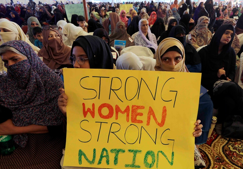Millones de mujeres trabajan largas horas sin recibir paga, una situación que no se replica con los hombres. (AP Photo/Fareed Khan)