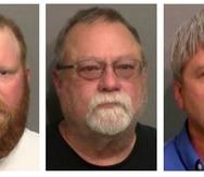 De izquierda a derecha, Travis McMichael, su padre, Gregory McMichael y William Bryan Jr., acusados por crímenes de odio en la muerte de Ahmaud Arbery.