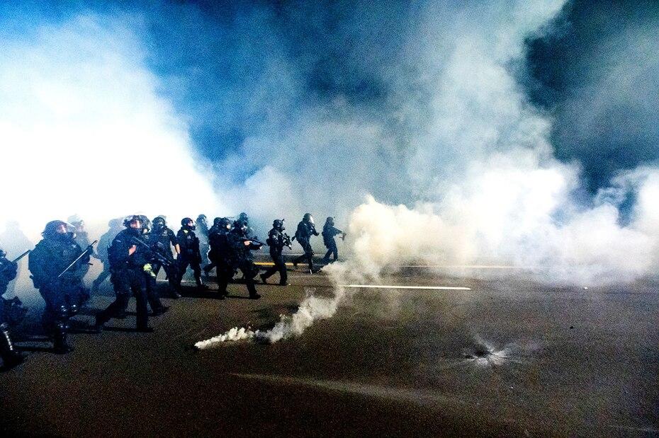 Video mostró a la Policía lanzando gases lacrimógenos para dispersar a los manifestantes.