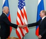 Imagen de archivo de marzo del 2011 cuando Joe Biden era vicepresidente de Estados Unidos y saludaba a Vladimir Putin que en aquel entonces era primer ministro de Rusia.