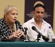 La gobernadora Wanda Vázquez Garced, junto al alcalde de Adjuntas, Jaime Barlucea. En la conferencia, también la acompañó el secretario del DDEC, Manuel Laboy y el alcalde de Las Marías, Edwin Soto.