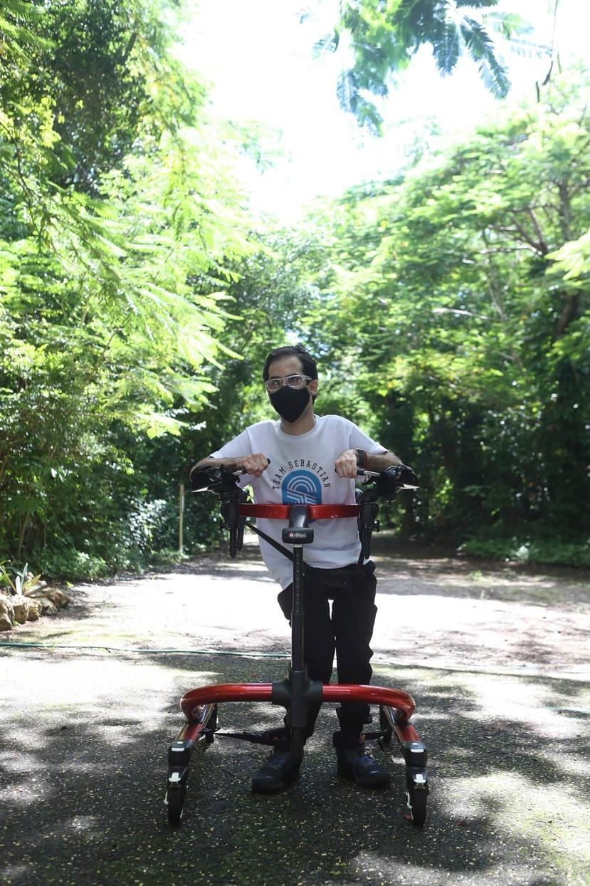 Sebastián Rosado, joven con perlesía cerebral, cumple la metra de caminar un kilómetro en el Bosque Urbano de San Patricio.