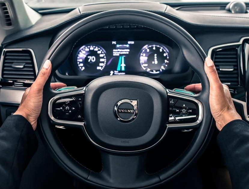 Ejemplo de la interface de la tecnología IntelliSafe Auto Pilot en los carros de la marca Volvo.
