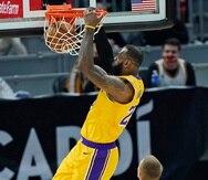 LeBron James, de los Lakers de Los Angeles, realiza un donqueo durante el encuentro ante los Cavaliers de Cleveland del lunes.