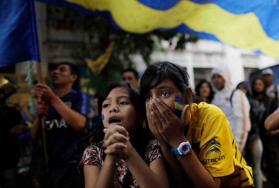 Dos jóvenes fanáticas de Boca Juniors reacciona ante la derrota en Buenos Aires.