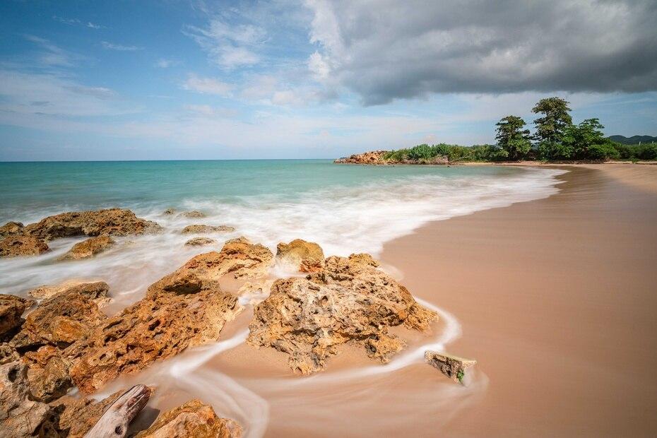 Espinar Beach East, ubicado al final del parque Colón donde colindan Aguada y Aguadilla, es una de las playas predilectas de las personas que viven en Aguada.