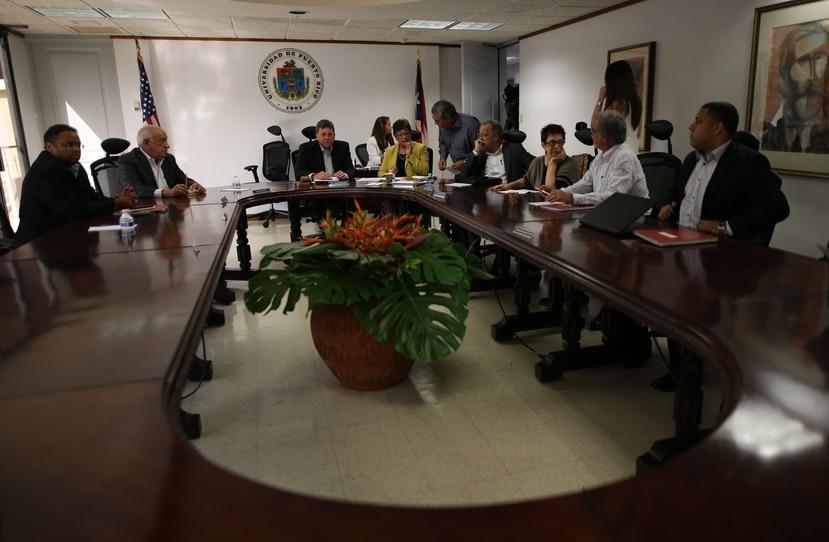 La Junta también acogió la recomendación de remover del cargo de confianza al rector del Recinto de Río Piedras, Carlos Severino, y al decano de Estudios Generales de Río Piedras, Carlos Rodríguez Fraticelli.