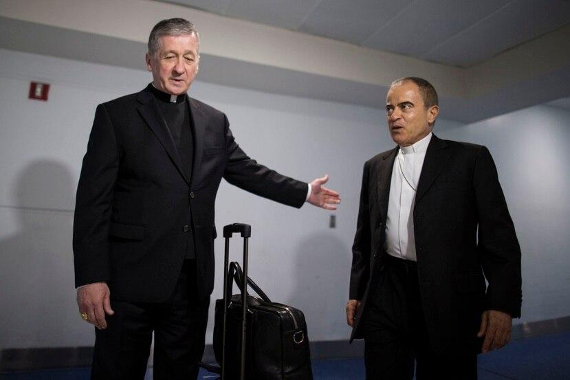 El cardenal Blase Cupich (izq.) fue recibido en el aeropuerto por el arzobispo de San Juan, monseñor Roberto González (der.)