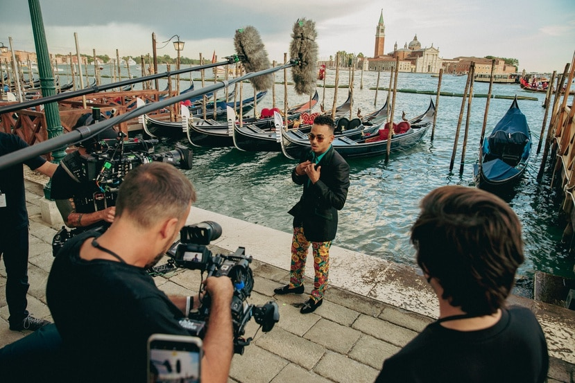 El cantante ha trabajado con los diseñadores Domenico Dolce y  Stefano Gabbana en numerosas ocasiones, tanto en sus giras musicales como en sus presentaciones en la alfombra roja. Suministrada/Albizu Albikon