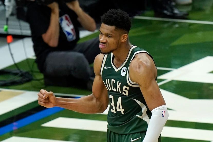 Giannis Antetokounmpo reacciona tras anotar una canasta ante los Suns de Phoenix en el tercer juego de las Finales de la NBA.