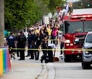 Policías y bomberos atienden a las víctimas después de que un carro embistió a una multitud durante el Desfile Gay y Festival Callejero de Stonewall, en Florida.