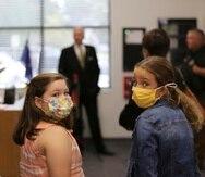 Dos estudiantes de primaria portan mascarillas durante un evento en la escuela de Camden, Carolina del Sur.