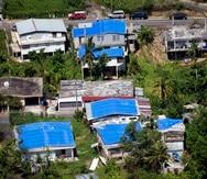 Imagen de archivo de toldos azules sobre casas en Toa Alta que se vieron afectadas por el paso del huracán María.