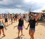 Continúa la manifestación en contra de la construcción de una piscina y área recreativa en el condominio Sol y Playa de Rincon (Playa Almendros).