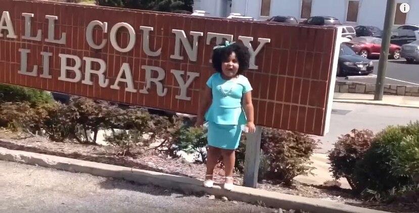 La preescolar de la Academia Gainesville ha estado leyendo desde que tenía aproximadamente 2 años de edad. (Captura)