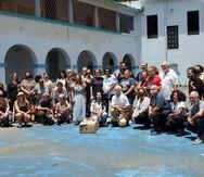 Un grupo de artistas y personas de las comunidad de Condado y Santurce, así como personal del museo, llegaron a la escuela Lucchetti para demostrar su respaldo al proyecto que propone el MAC.
