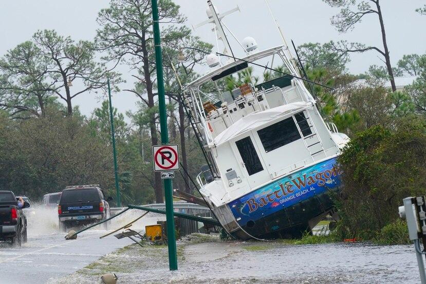 Los vientos y la marejada ciclónica del huracán Sally depositaron un bote en la orilla de una carretera en Orange Beach, Alabama.