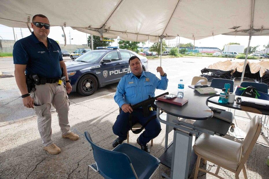 En la foto, los agentes Alex Hernández y Hernán Oliveras bajo la carpa provisional.