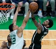 Kyrie Irving, derecha, de los Nets de Brooklyn, intenta encestar ante Grant Williams, de los Celtics de Boston, en el cuarto partido de la serie de primera ronda de los playoffs de la NBA, el domingo 30 de mayo de 2021, en Boston.