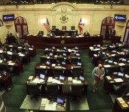 Legisladores discuten hoy el presupuesto en el hemiciclo de la Cámara de Representantes.