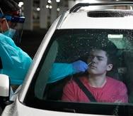 Brendan Hurley, un estudiante de tercer grado de secundaria, se realiza una prueba de COVID-19 el lunes 30 de noviembre de 2020 en un centro de pruebas desde el auto en West Nyack, Nueva York.