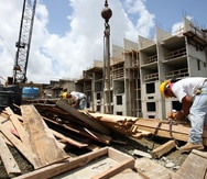 Pedro Pierluisi firma orden ejecutiva que aumenta el salario para empleados de construcción en obras financiadas con fondos federales