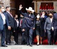 El presidente electo de Perú, Pedro Castillo, saluda mientras él y su esposa Lilia Paredes dejan el Ministerio de Relaciones Exteriores el miércoles 28 de julio de 2021 con el fin de dirigirse al Congreso para la ceremonia de juramentación el día de su toma de posesión, en Lima, Perú. (AP Foto/Guadalupe Pardo)