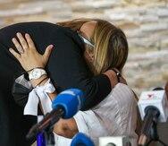 La madre de Arellys Mercado llega hasta el funeral de Keishla Rodríguez Ortiz y abraza a sus padres