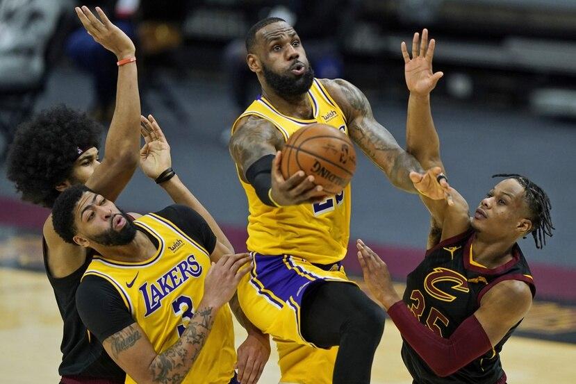 LeBron James se dirige al canasto contra la defensa de los Cavaliers de Cleveland.