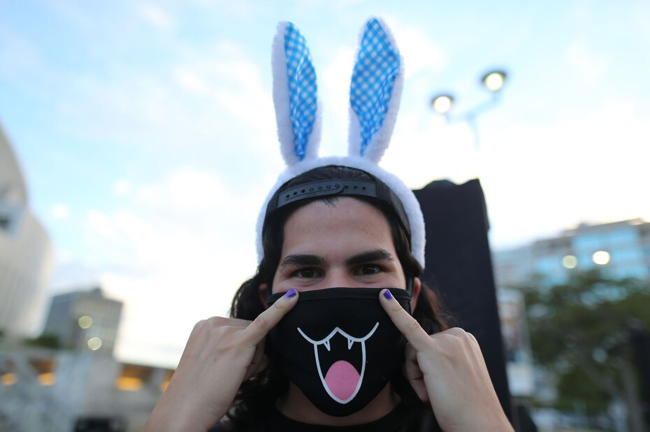 Mucha de la fanaticada del Conejo Malo aprovechó para lucir los atuendos que caracterizan al artista.